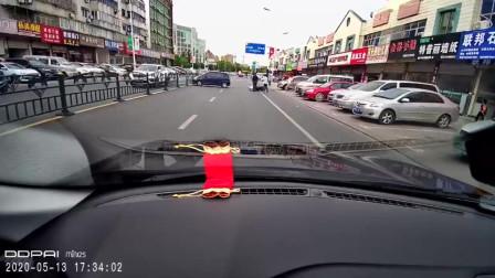小面包车疑似小孩子驾驶!冲出路面!差点就出大事!