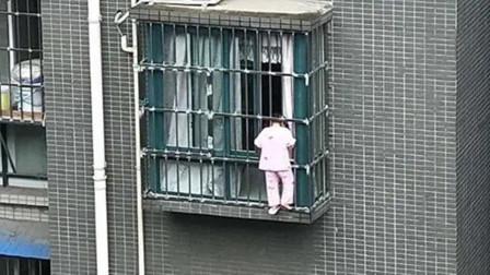 """4岁女童翻出5楼防盗窗脖子被卡 男子化身""""蜘蛛侠""""徒手爬5楼托住她"""