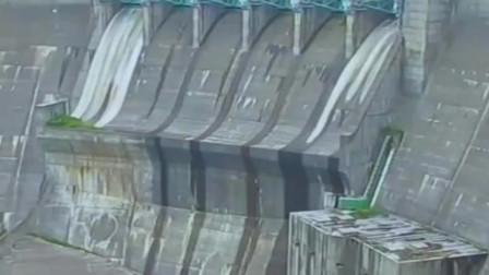 太低估堤坝的水压了,一分钟之内,就像发洪水一样凶猛!