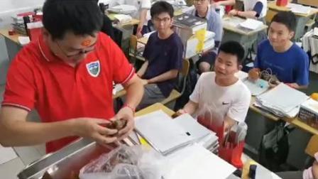 """长沙同升湖实验学校高三班主任给高考考生发糕点和粽子,寓意""""高中""""。加油,少年们!"""