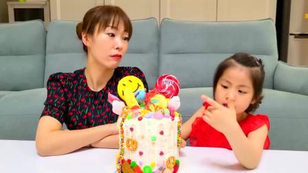国外儿童时尚,妈妈给小萝莉制作了生日蛋糕,超级开心