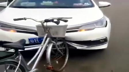 两车相撞,自行车没事,汽车却被撞变形!