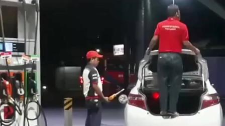 奇葩的汽车加油员,这样给车主加油,这到底是为了什么?