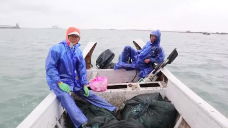 赶海小伙出海收渔网,捕获了几十斤海虾,小赚1300多块,太爽了