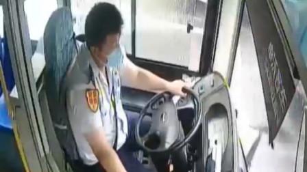 暖心瞬间!老人摔倒路边,公交车司机冒雨下车搀扶