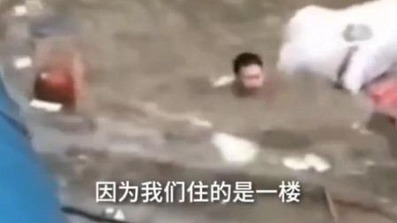 暴雨过后,男子游泳打捞被冲走的家当:愧疚没保护好家人