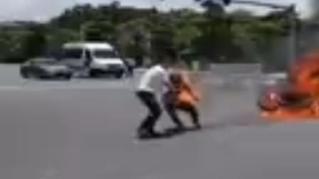 摩托车司机闯红灯撞上公交, 倒地瞬间变火人, 附近群众热心救人
