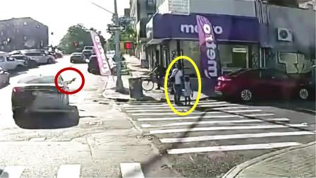 现场!美国一对父女正在过马路 旁边汽车突然伸出一支枪射向父亲