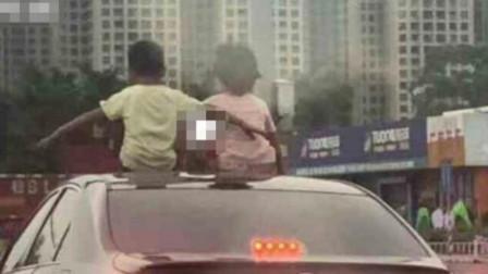 两熊孩子爬出天窗坐在车顶, 车主淡定开车, 网友: 不是亲生的吧?