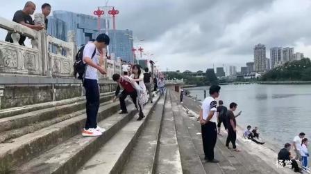 中午12时左右,贵州安顺一辆载有学生的公交车,撞坏护栏冲进虹山水库。目前正全力抢救,伤亡情况尚不明确。愿平安!