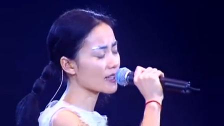 王菲《百年孤寂》震撼现场版,句句气势磅礴却唱尽孤独与无奈.mp4