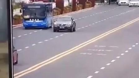 #安顺公交车坠湖瞬间视频 令人揪心的瞬间  #贵州安顺一载有学生大巴车冲进水库