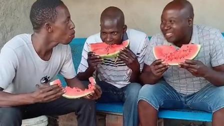 非洲小伙以为这样吃西瓜,已经是快的极限了!