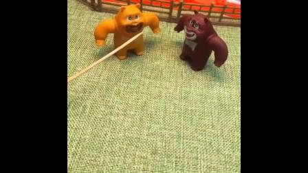 嘟嘟用望远镜看光头强,看到熊大熊二偷吃鸡腿,熊大熊二明明在吃树枝!