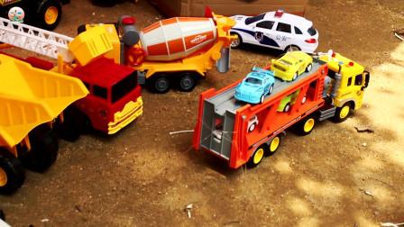儿童车辆玩具,在户外组成车队玩具,好多工程车大卡车运输车玩具