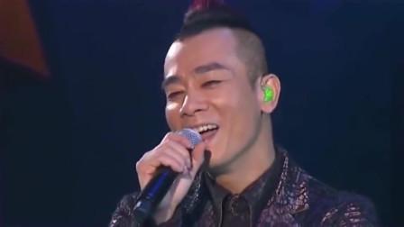 陈小春望着应采儿那一脸宠溺的笑容,满满的幸福,这就是幸福的模样