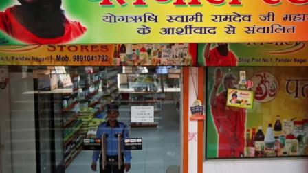 印度瑜伽大师和他的圣牛尿帝国