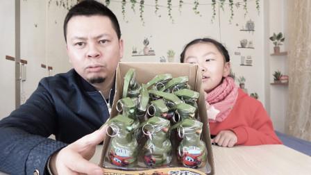 """父女开箱试吃""""手雷糖"""",拉开保险销,就能品尝到美食!#开箱#"""