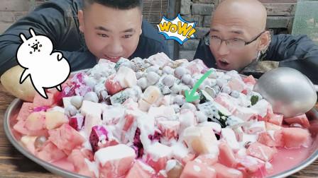 徒弟自制豪华水果捞,5种水果,1箱酸奶,馋得师傅一口接一口