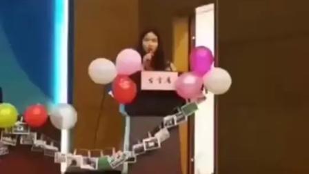 毕业班班主任用外卖为42名学生点了定制名牌的蛋糕:希望蛋糕每一块的名字所代表的背后的同学都有一个美好的未来