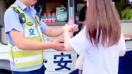 """交巡警考场外给考生们送水 还给他们""""加油打气"""""""