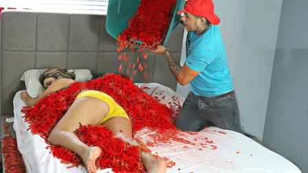 小伙作死恶搞,把一盆辣椒倒在女友身上,你猜结果怎么着!