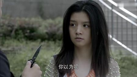 侄女被歹徒持刀威胁,伯父舍身去制止,侄女一回头吓懵了