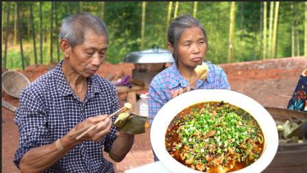 老王做道农家水煮肉片,麻辣过瘾,工爽口嫩滑,工人师傅抢着吃