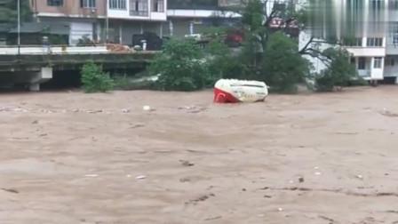 河流爆发洪水,穿过城市街道,不敢相信如此猛烈