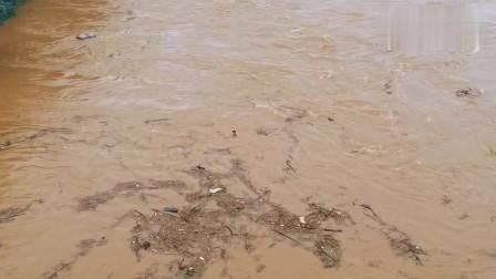 柳州开始涨水了,洪水之中发现一个人,他在打捞什么东西呢