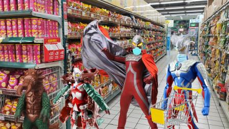 疫情防控期间,赛罗和赛文戴口罩去超市买咸蛋超人变怪兽玩具