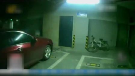 青岛一岁孩童反锁车内,消防破窗施救!