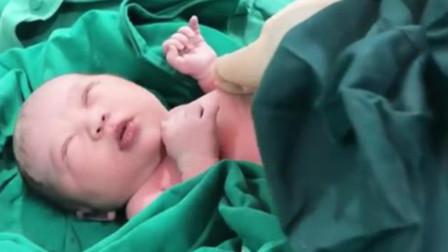 刚出生宝宝在妈妈怀里,睁开双眼的瞬间,网友:果真是个小美女啊