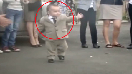 两岁萌娃在婚礼上跳舞,动作滑稽引嘉宾围观,网友:比新娘还抢镜
