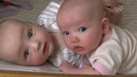 妈妈早晨来叫双胞胎起床,打开门的瞬间,宝宝的反应萌化妈妈的心
