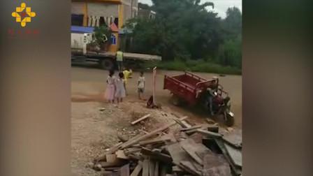 飞来横祸!女子驻足路边被面包车撞飞当场身亡