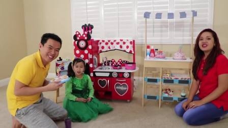 国外少儿时尚,萌宝在制作生日蛋糕给家人食用,怎么做到的呢
