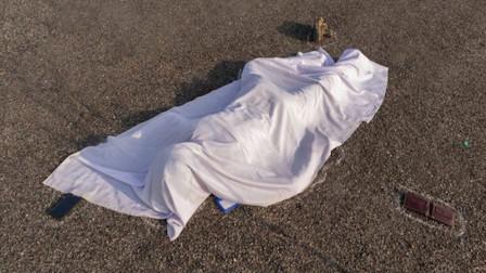 印度新冠患者在救护车上死亡 尸体直接被扔医院大门外