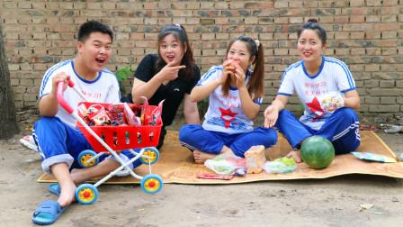 小伙伴分享日,傻妞拿出很多好吃的零食,和小伙伴一起分享着吃