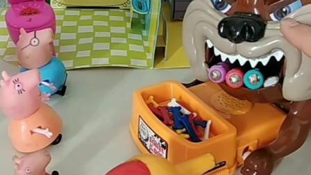 熊大熊二忙着玩陀螺,不给大恶犬捉虫子,乔治叫鸟妈妈帮大恶犬捉虫子啦