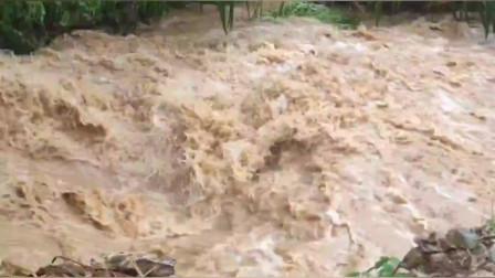 安徽好多地方暴雨,像发洪水一样,导致房屋倒塌