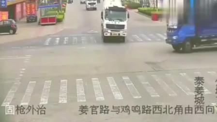 两辆大货车同时看见了对方, ,却互不相让, ,监控拍下可怕的画面!
