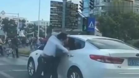 路怒症:司机打架点到为止,到了绿灯谁也不堵路,要不是监控拍下谁信?