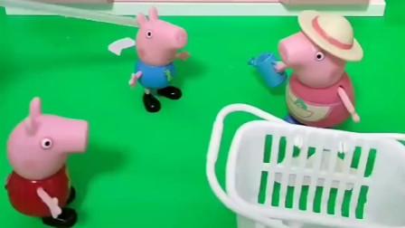 乔治佩奇看见猪奶奶提的篮子,就要跟着奶奶一起去摘草莓,好吃又好玩
