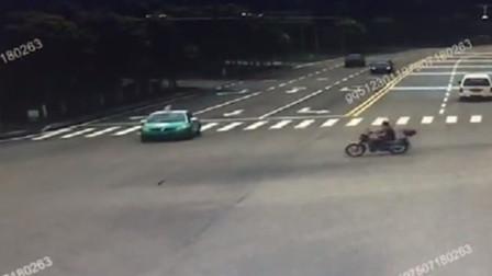 进入路口不减速酿事故 出租车与摩托车相撞车损人伤
