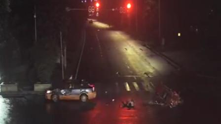 三轮车深夜闯红灯过路口 遭小车撞翻还负事故全责