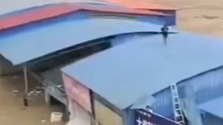 广西环江县突发山洪多人被困 水已淹过房屋一楼仍在持续上涨