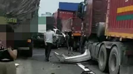 高速服务区附近路段发生车祸 现场一片狼藉多车受损严重