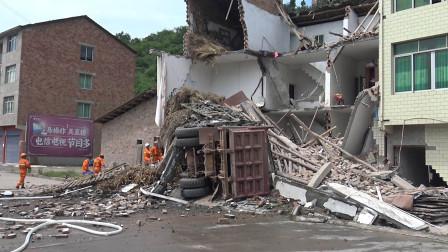 大货车失控扎进路边民房一片狼藉 消防紧急营救被困驾驶员
