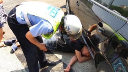 """碰瓷党竟当着交警的面""""开张"""",司机无任何责任!网友:怎么不碾他!"""